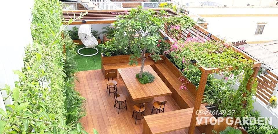Ý tưởng trang trí sân vườn trên sân thượng kết hợp với các loại hoa leo chậu lan vô cùng đẹp mắt