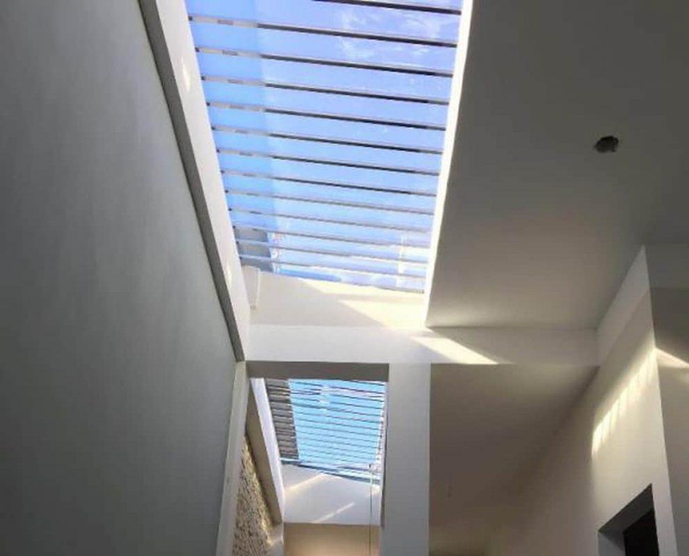 Khi thiết kế giếng trời đối với nhà có không gian chật hẹp quý khách có thể kết hợp sử dụng thêm mái che bằng kính cường lực hoặc mái nhựa thông minh có khung sắt bảo vệ