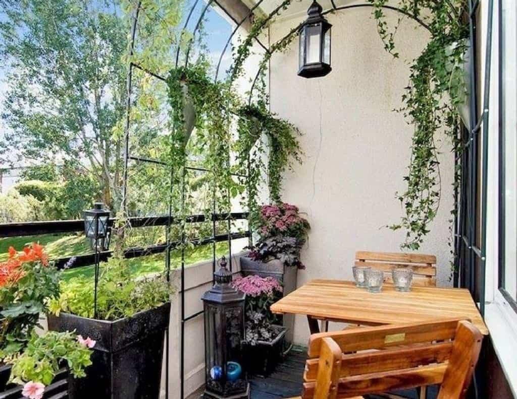 Trồng cây xanh quanh ban công chung cư giúp trang trí cho nhà của bạn