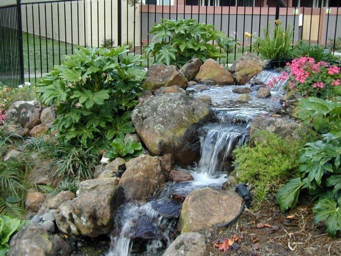 Khi thiết kế thác nước trong hòn non bộ, không gian bài trí sẽ trở nên dịu mát hơn bởi hơi nước