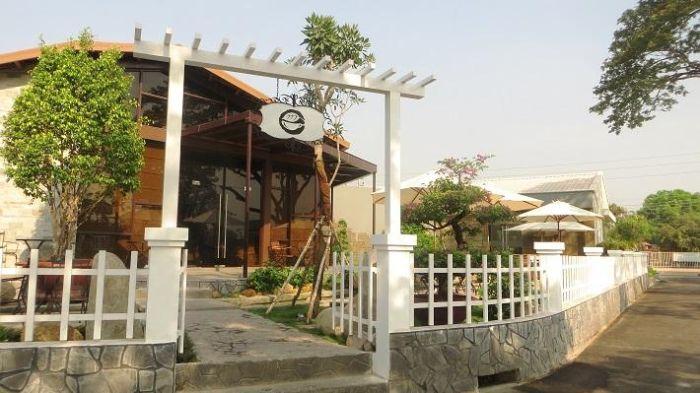 Thiết kế cổng quán cafe sân vườn mang phong cách hiện đại