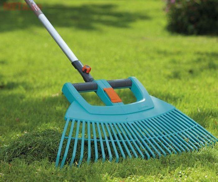 Cào là dụng cụ làm vườn được dùng để san phẳng bề mặt đất hoặc làm sạch đất