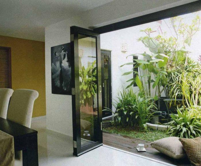 Sử dụng vách và cửa kính cho giếng trời sau nhà